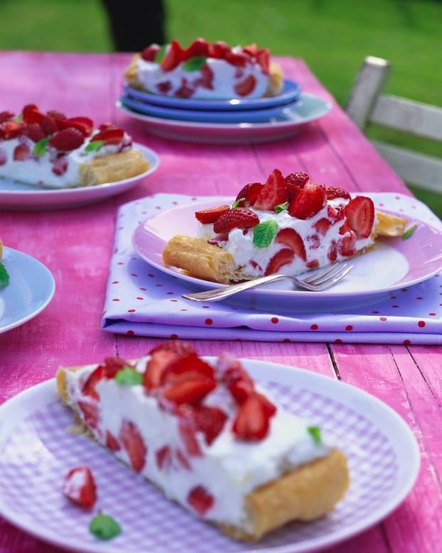 Erdbeer-Striezel mit Minzsahne