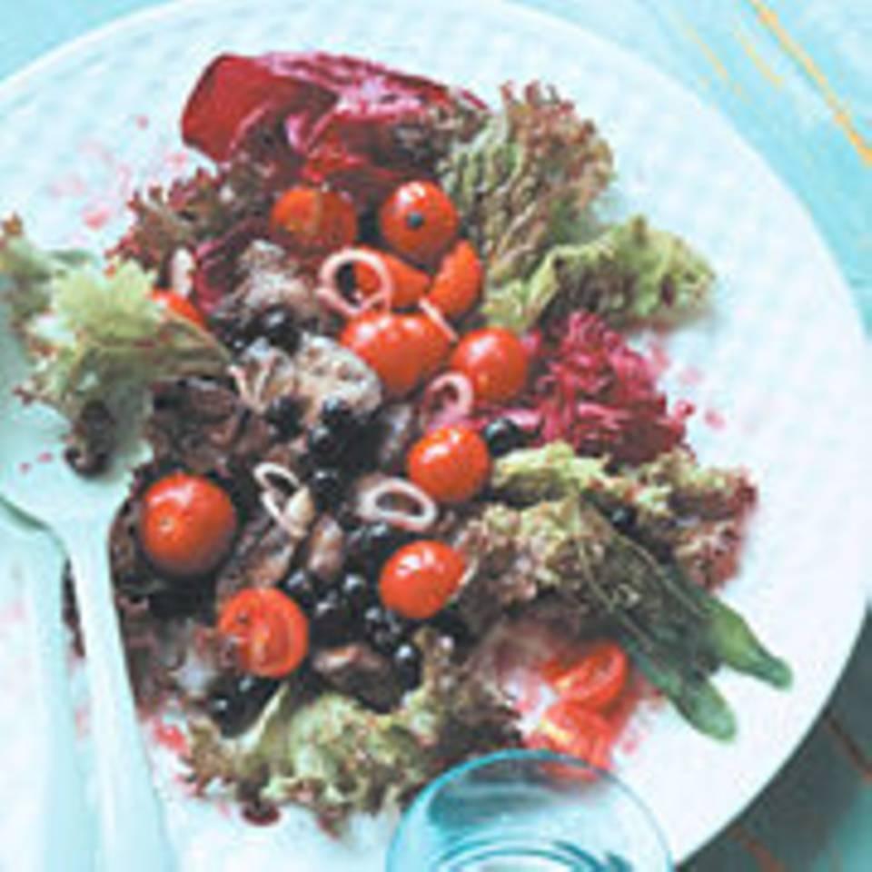 Geflügelleber mit schwarzen Johannisbeeren auf Salat