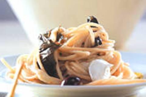 Spaghetti mit eingelegten Weinblättern und Mozzarella