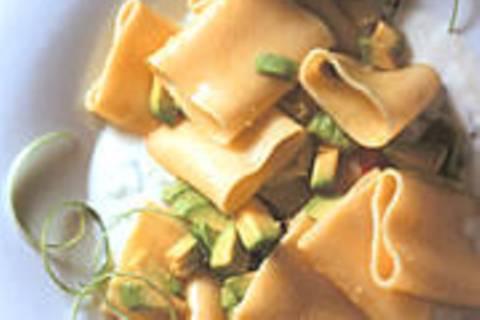 Paccheri mit Ingwer-Joghurt und scharfer Avocado