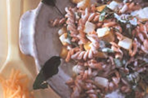 Vollkorn-Dinkel-Spirelli mit Kartoffel-Salbei-Dressing