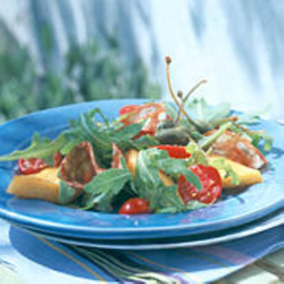 Polenta-Streifen mit Salat und Kapern