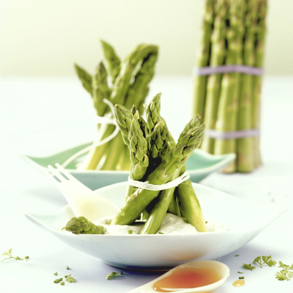 Grüner Spargel auf Mascarpone-Kräutercreme
