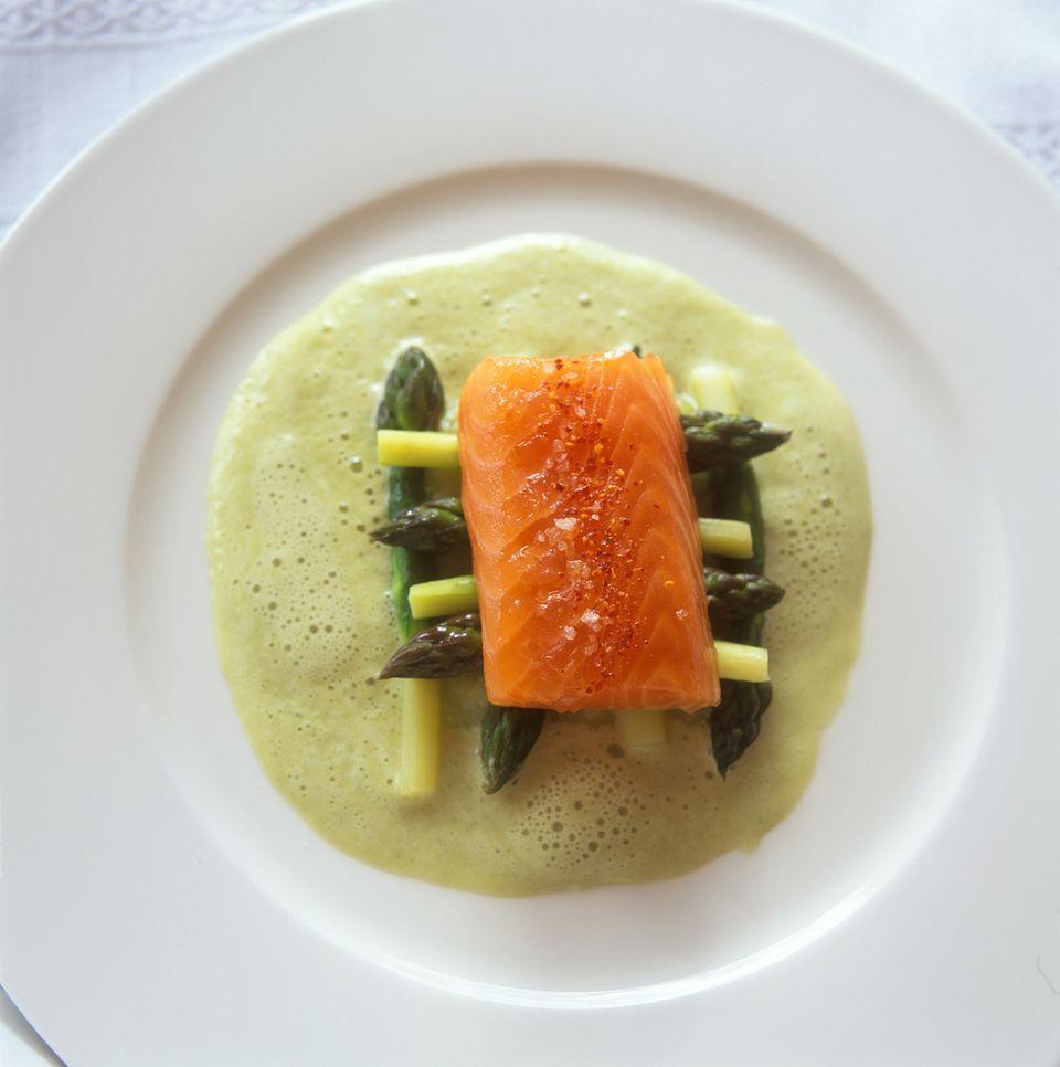 Grüner Spargel mit Lachs