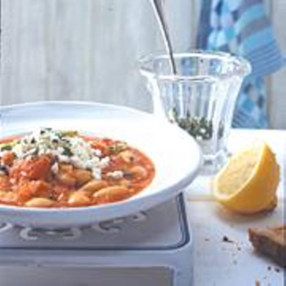 Tomaten-Bohnen-Eintopf mit Avocado und Schafkäse