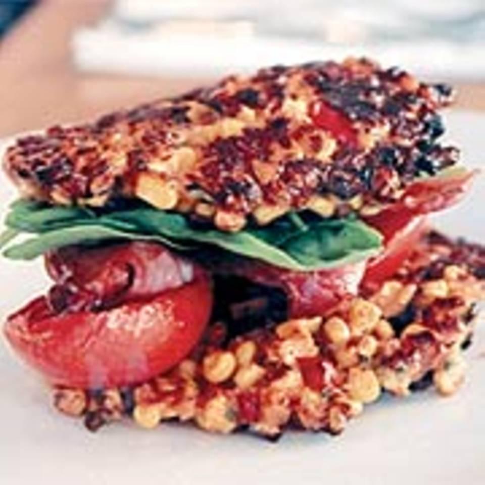 Maispuffer mit gerösteten Tomaten und Bacon