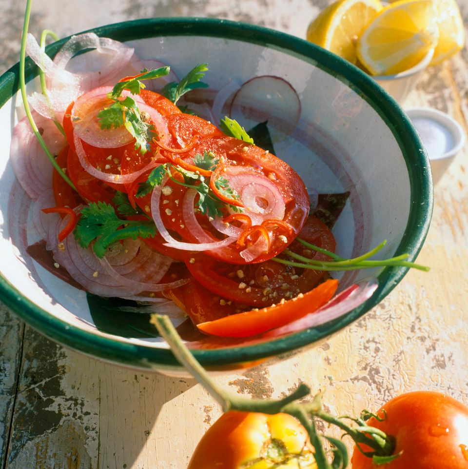 Geschichteter Tomatensalat