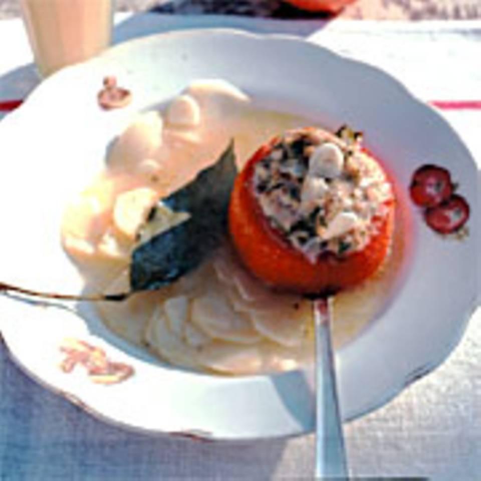Kartoffelbouillon mit gefüllter Tomate