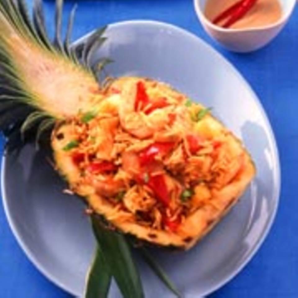 Gefüllte Ananas mit Shrimps