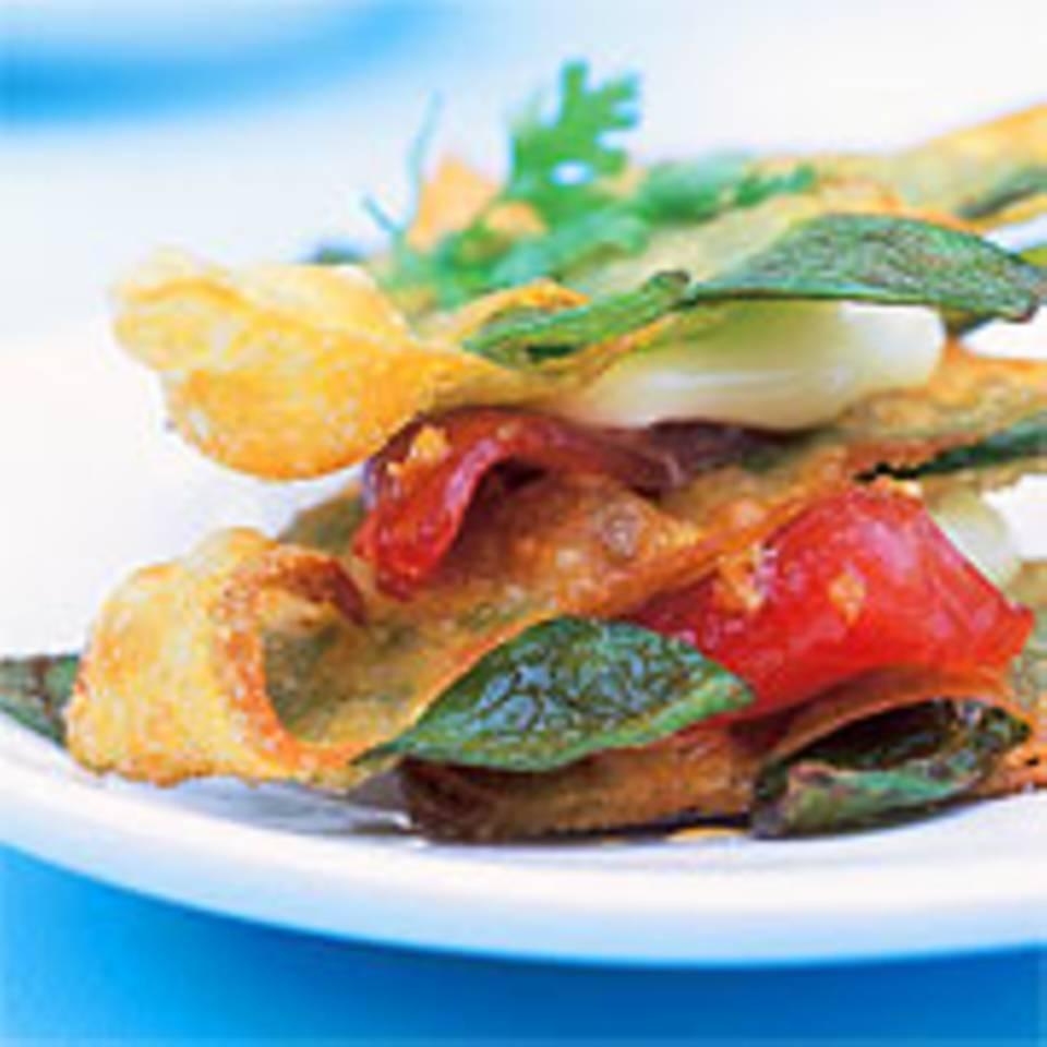 Zuckererbsenschoten in Wan-Tan-Chips mit mariniertem Tunfisch