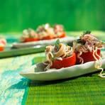 Tomaten mit asiatischem Nudelsalat