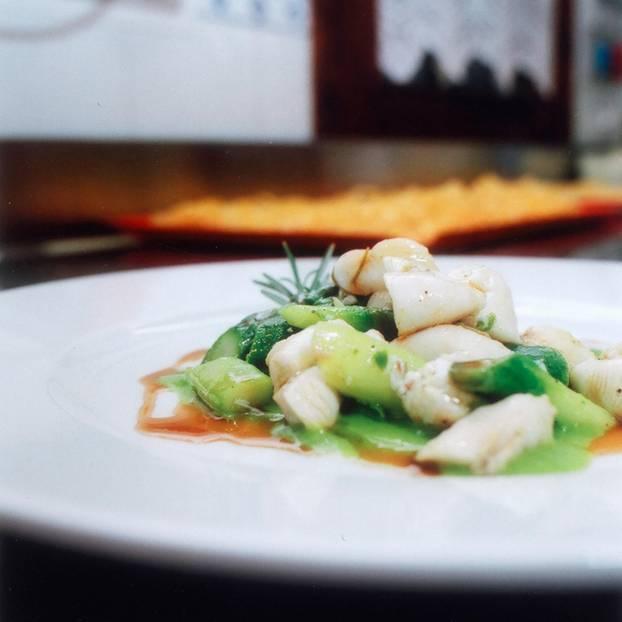 Calamari-Spargel-Salat auf Erbsencreme