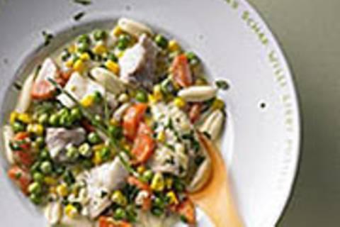 Nudelpfanne mit Fisch und Gemüse
