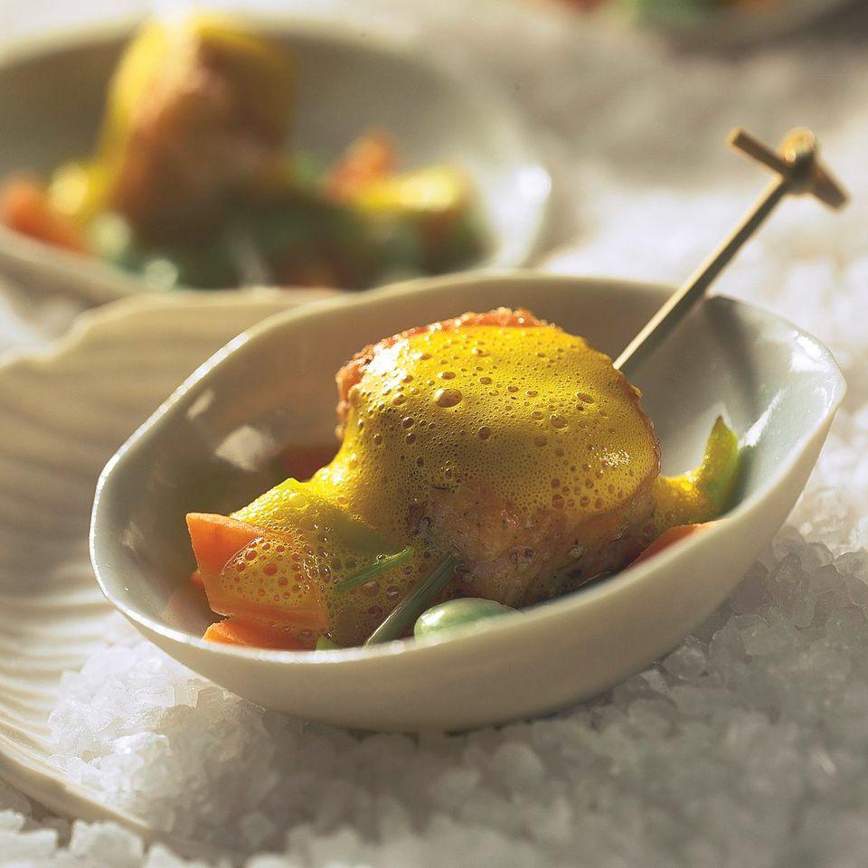 Lachs-Satay mit Karotten-Jus für den Sektempfang