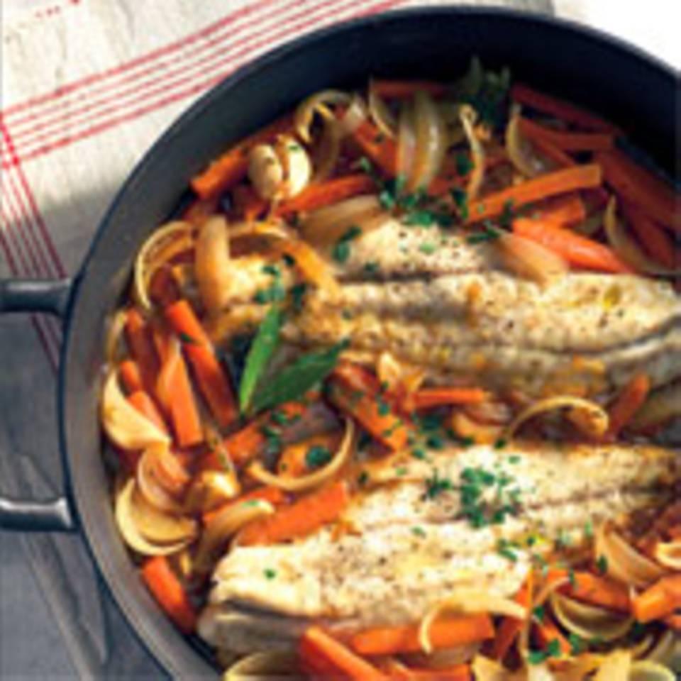 Fischfilets auf Gemüse mit Wein