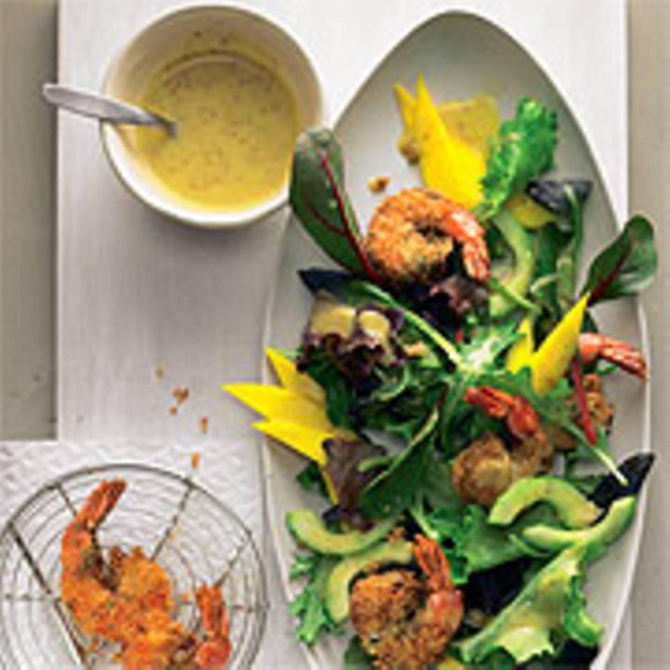 Frittierte Garnelen auf Salat