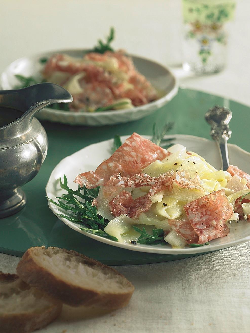 Salat von gehobeltem Spargel mit Salami
