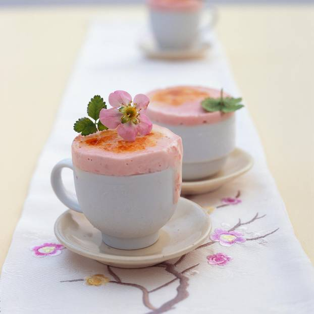 Karamellisiertes Joghurt-Erdbeer-Parfait