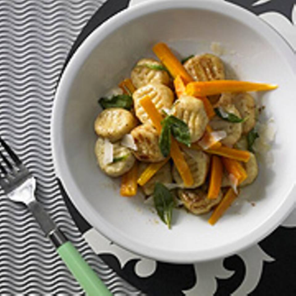 Kartoffel-Gnocchi mit Salbeibutter und glasierten Möhren