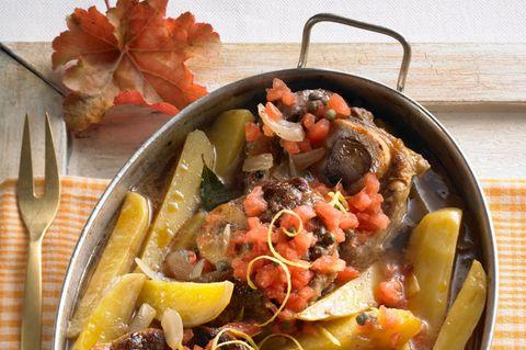 Schmorkartoffeln mit Kalbsbeinscheiben und Tomaten-Gremolata