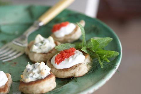 Blini mit Eiersalat und Forellenkaviar