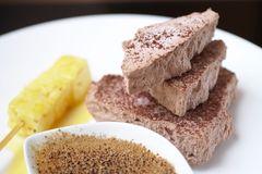 Schokoladen-Parfait, Crème brulée und karamellisierte Ananas-Spieße