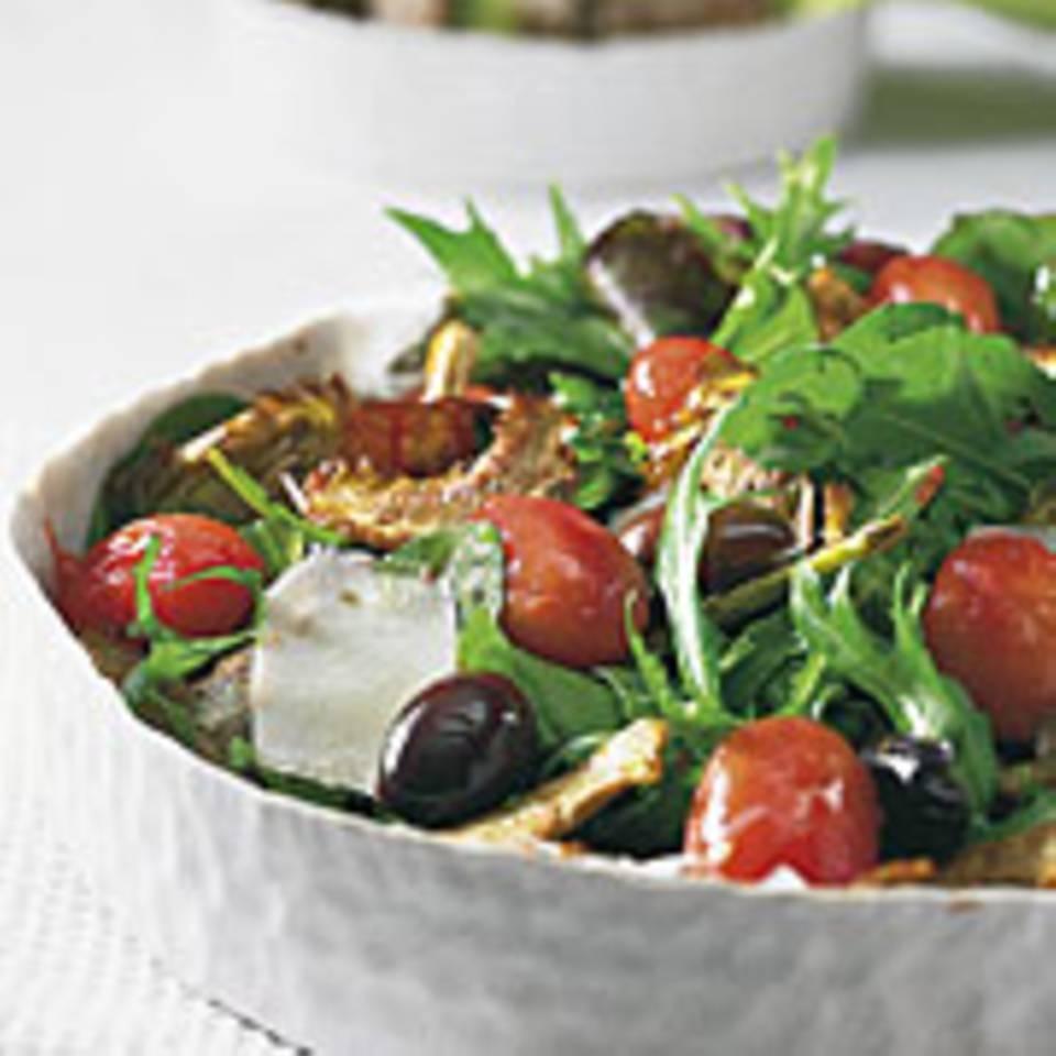 Salat mit Kirschtomaten und gebratenen Artikschocken