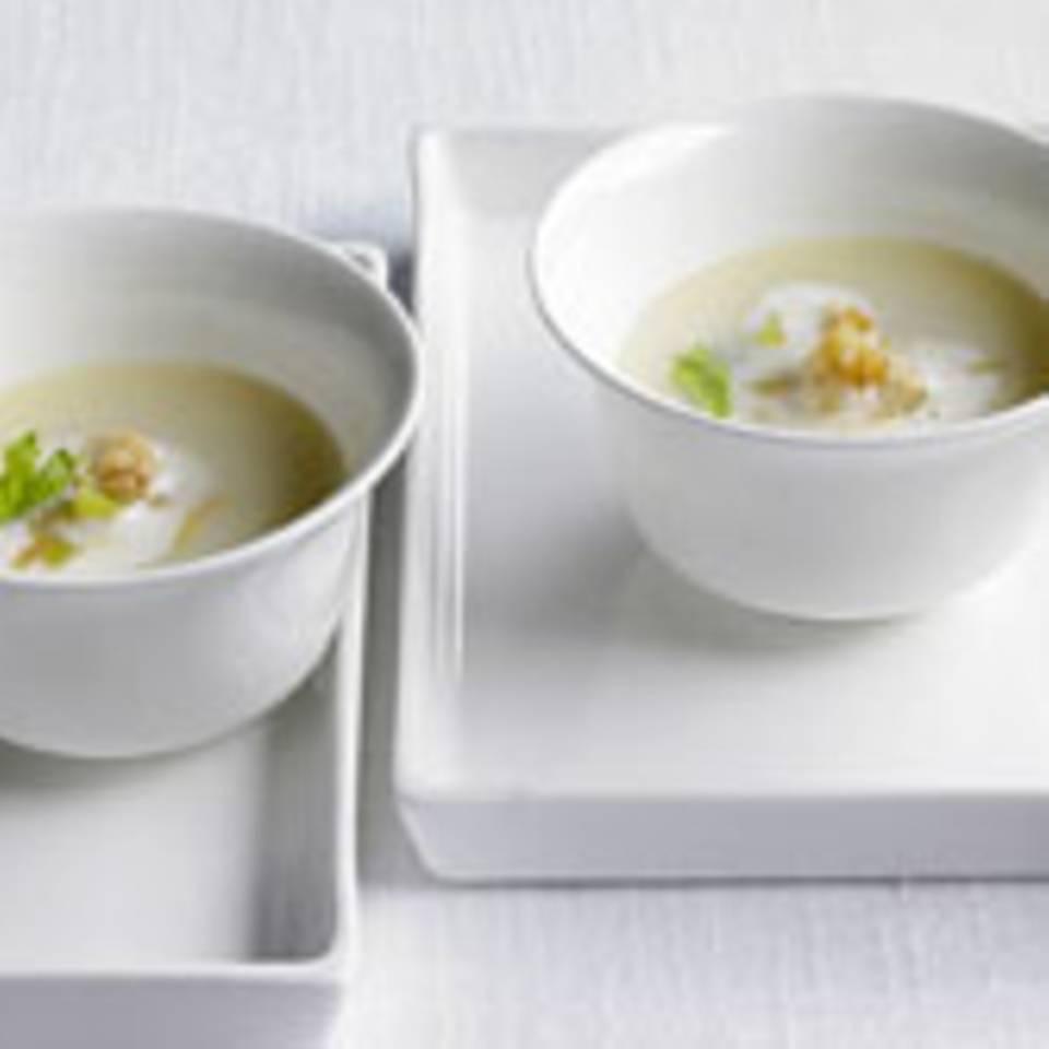 Selleriesuppe mit Birnenwürfelchen, Walnüssen und Zimt