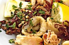 Frittierte Kalamari mit Pinienbröseln
