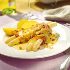 Schinken-Spargel-Röllchen mit Tomaten-Basilikum-Hollandaise