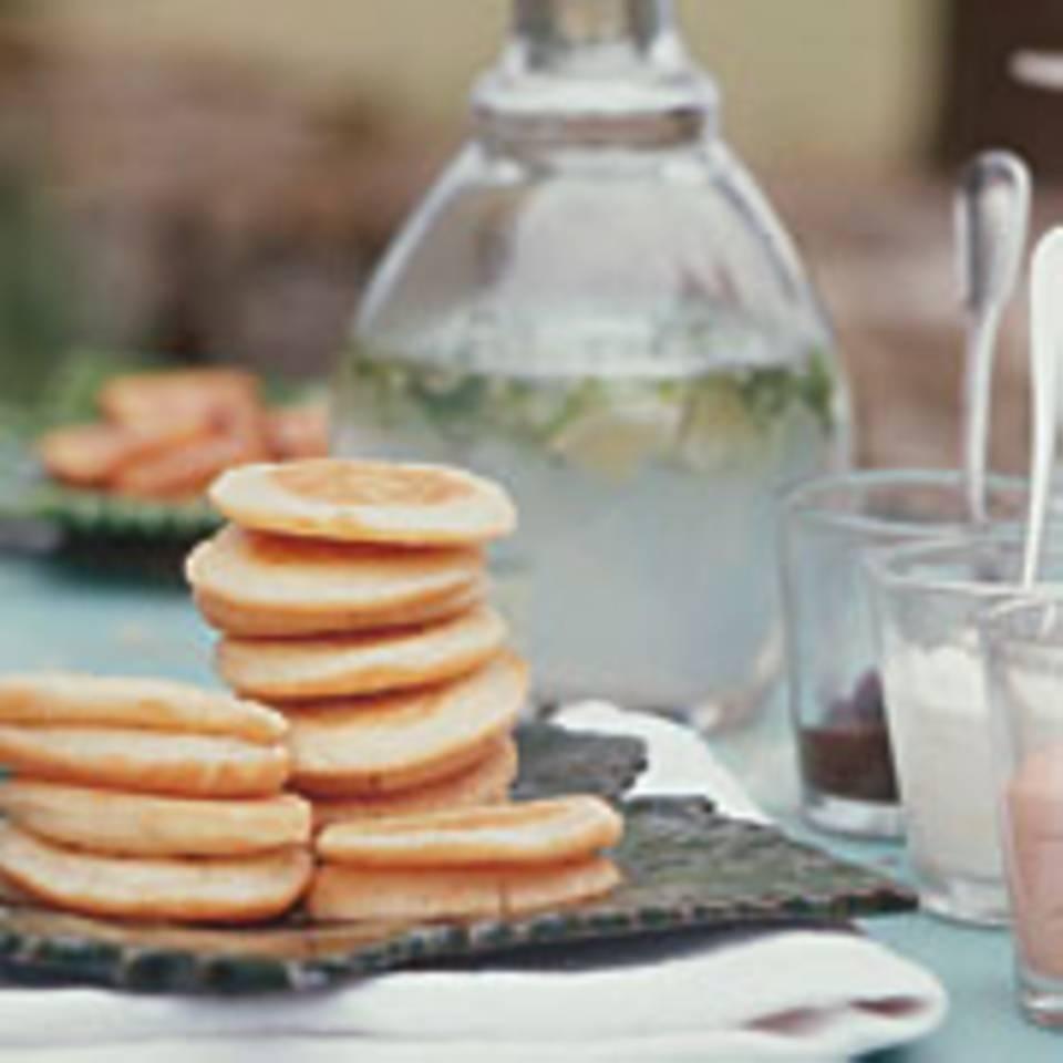 Kleine Buchweizenpfannkuchen mit Kaviarcreme