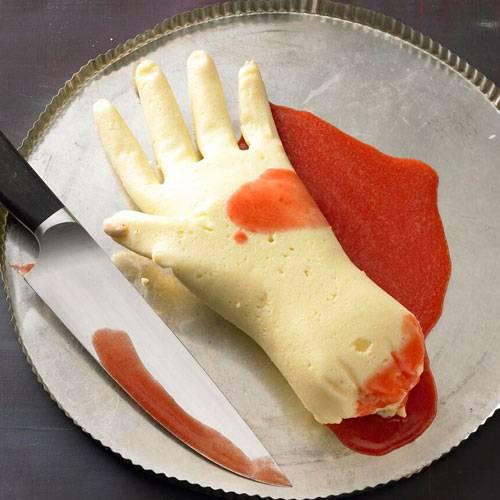griesspudding hand mit erdbeersosse brigittede