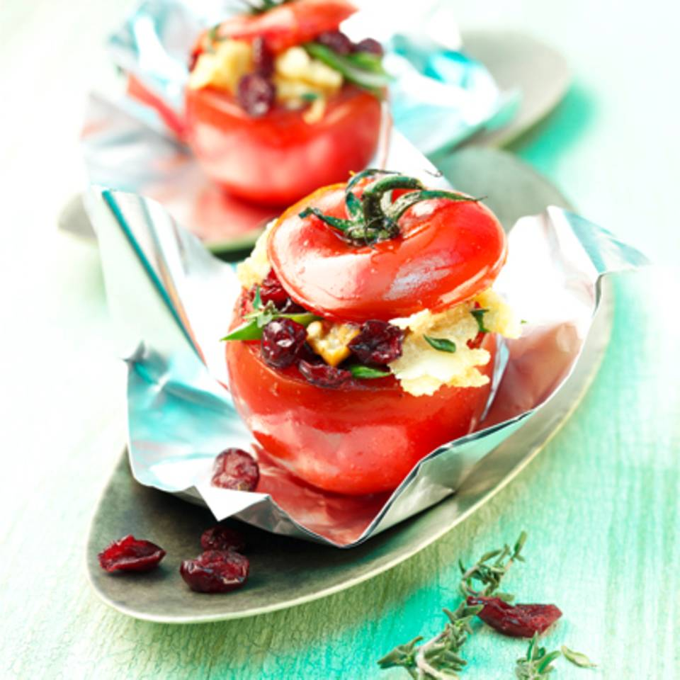 Mit Cranberries gefüllte Tomate in Folie