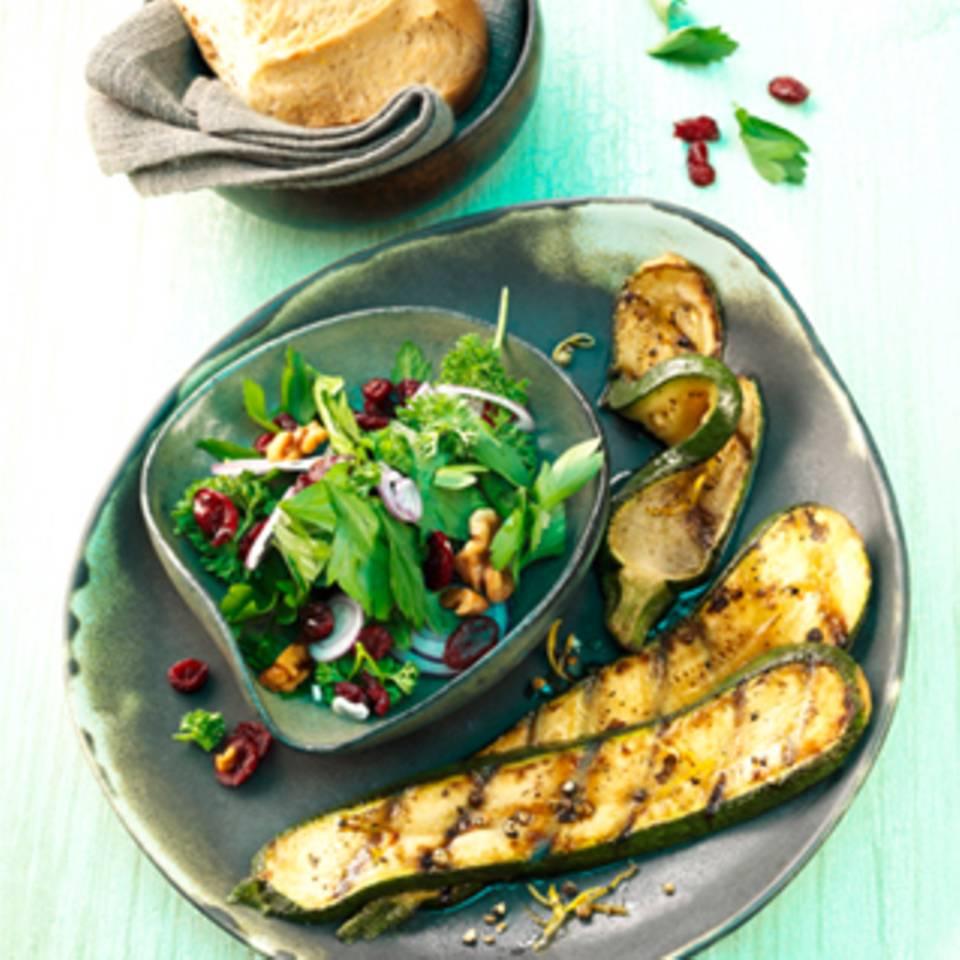 Gegrillte Zucchini mit Cranberry-Petersilien Salat
