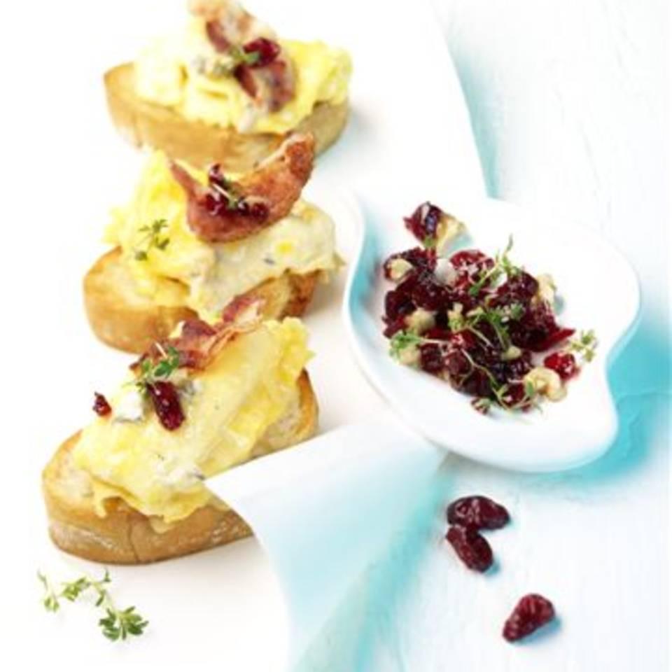Crostini mit Gorgonzola-Omlett und Cranberry-Kresse Salsa