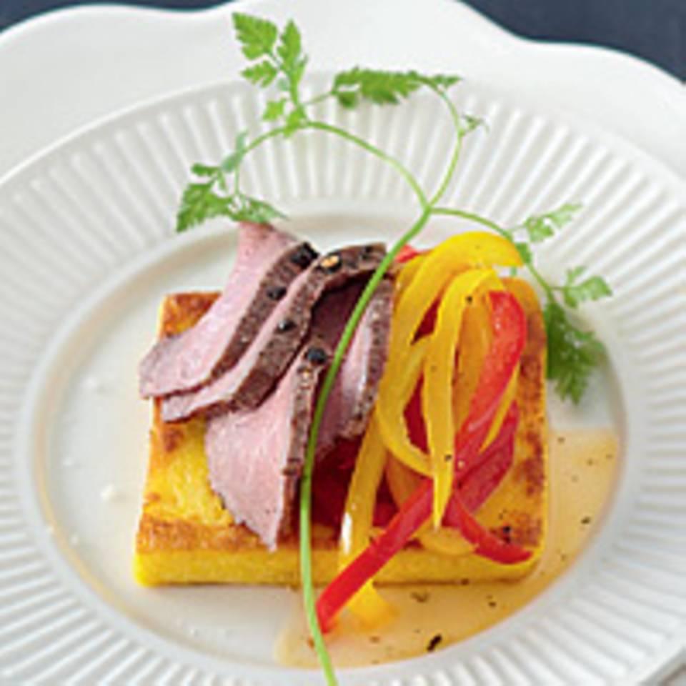 Lamm an Polenta mit karamellisierter Paprika