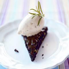 Warmer Pinienkuchen mit Rosmarineis