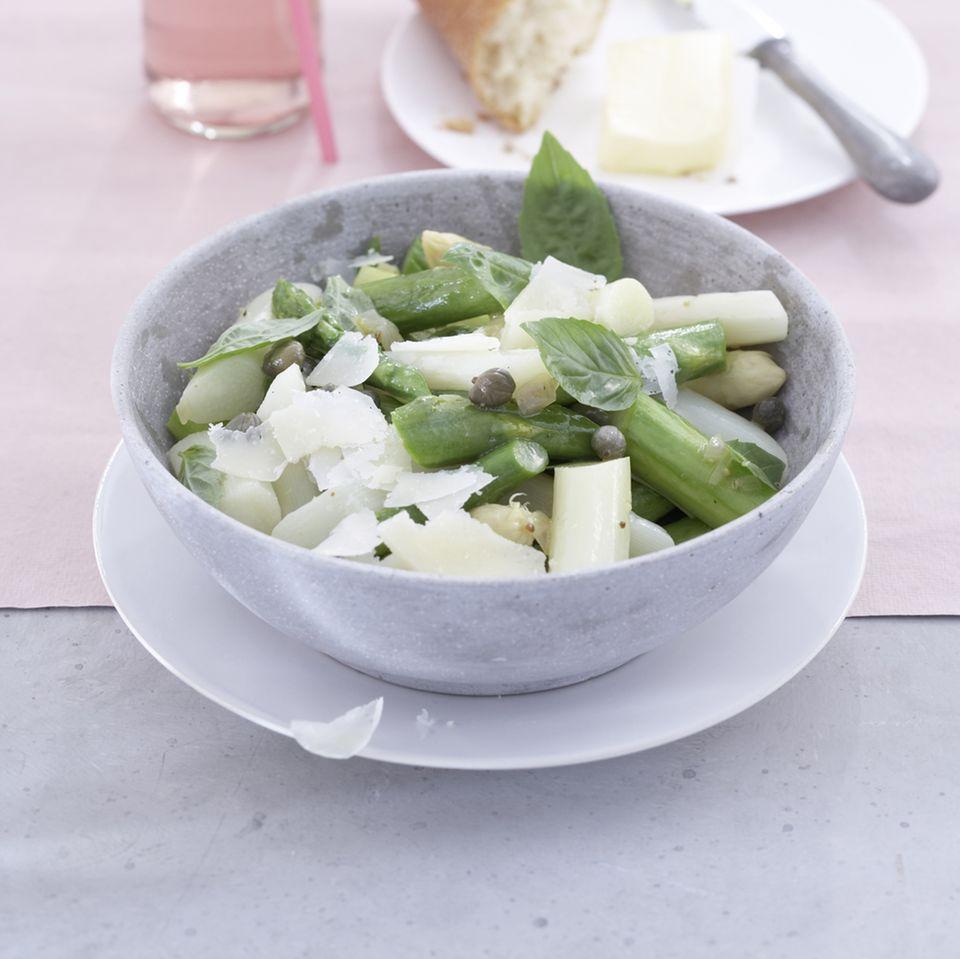 Lauwarmer Spargelsalat mit Parmesan und Basilikum