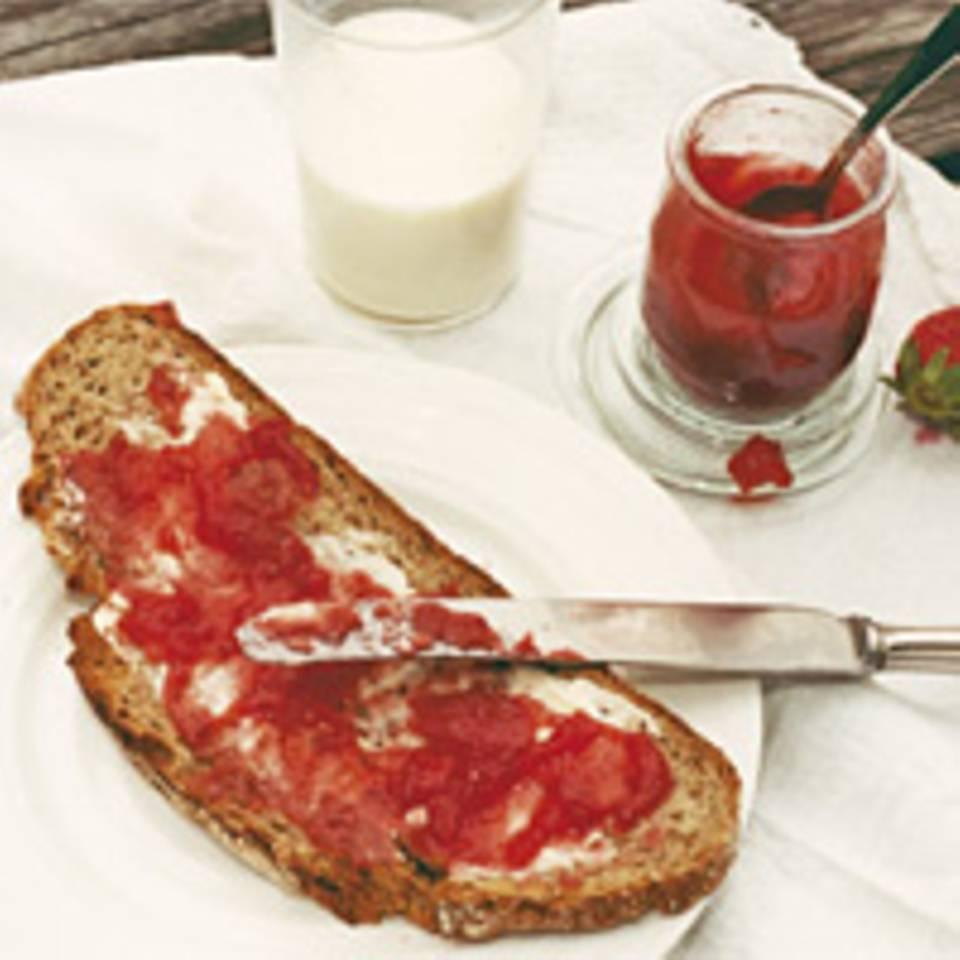 Konfitüre von Erdbeeren und weißem Pfirsich