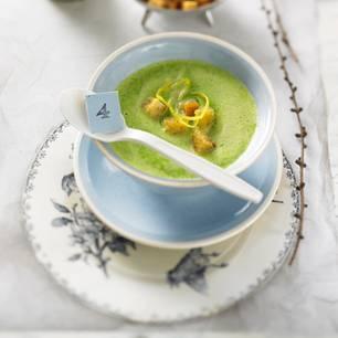 Grüne Erbsensuppe mit Zitronen-Croûtons