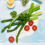 Grüner Spargel mit Tomatencreme