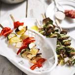Gemüsespieße grillen: Pilz-Spieße und Paprikaspieße auf Tellern