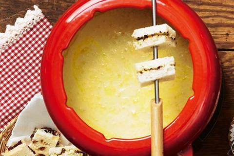 kaesefondue-mit-gefuellten-brotecken.jpg