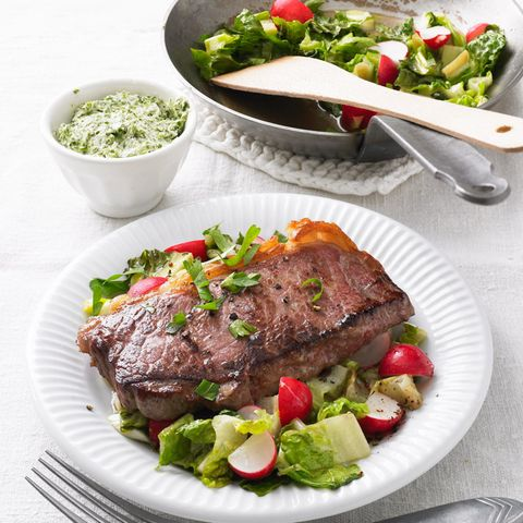 Steak auf lauwarmem Salat mit Zitronen-Kräuter-Butter