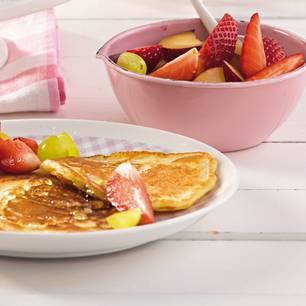Pfannkuchen-mit-ahornsirup-und-obstsalat-500.jpg