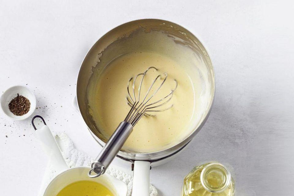 Sauce hollandaise: Zutaten auf dem Küchentisch