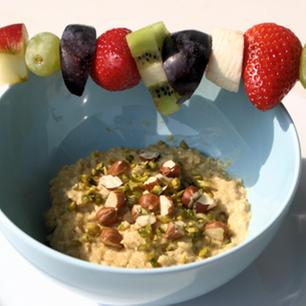 Karamell-Vanille-Porridge mit Früchtespieß