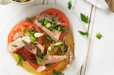 Tunfisch auf Ochsenherztomate mit Kräuter-Pasta