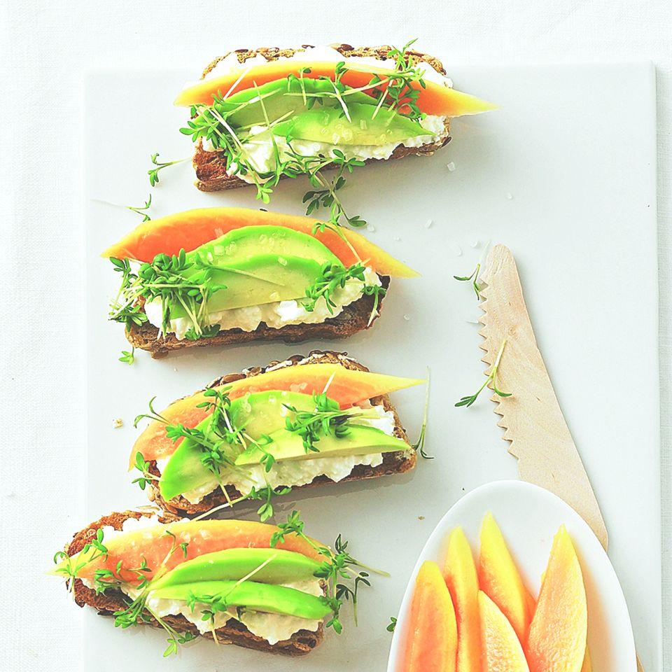 Crostini mit Avocado und Papaya