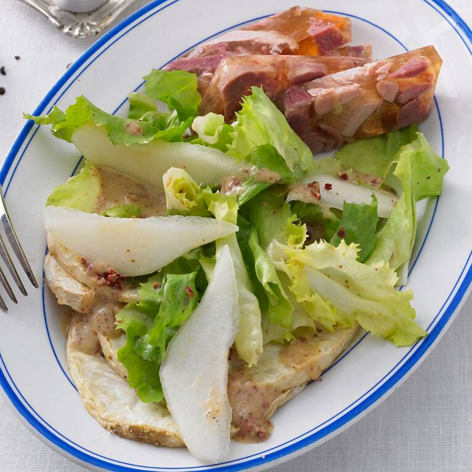 Salat_mit_geröstetem_Sellerie,_Birne_und_Sülze.jpg